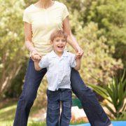 Moeder met zoon springen